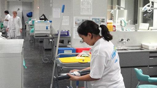 Sonja bei der Büroreinigung Basel