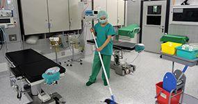Spitalreinigung oder Reinraumreinigung durch Frau