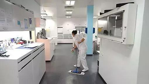 Mitarbeiterin reinigt Boden bei Büroreinigung Basel