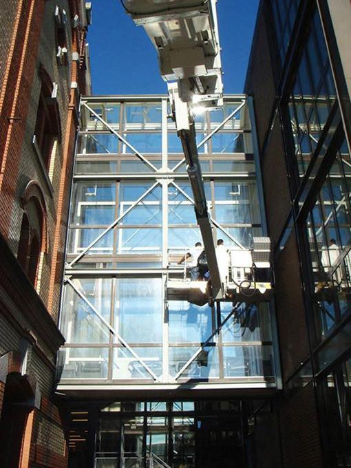 Fassadenreinigung und Fensterreinigung mit Lift