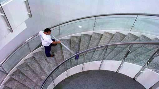 Marco an der Treppenhausreinigung